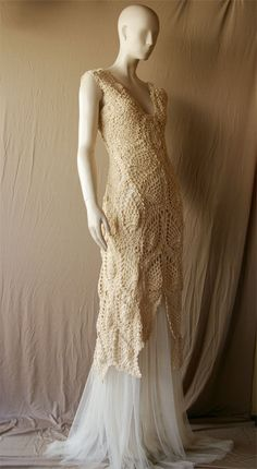 Une très belle robe en crochet.  Plus de photos sur ce blog : http://crochetmes3.blogspot.be/2011/08/ganchillo-para-una-novia-2-verano.html#