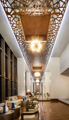 High ceilings and standout chandeliers make Waldorf Astoria Panama's lobby a pleasant space to relax. Giraffe Decor, Lobby Design, False Ceiling Design, Modern Ceiling, Hotel Interiors, Creative Walls, Decoration Design, Hospitality Design, Home And Deco