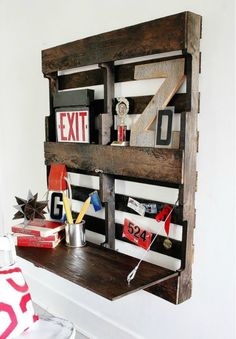 Wall mounted pallet desk
