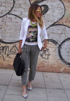 Pantalón gris, camiseta y chaqueta blanca