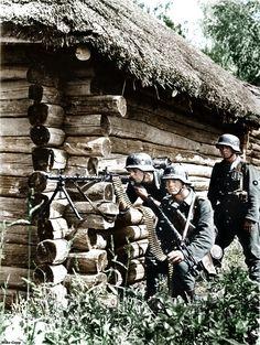 Allemande MG34 équipe de canon en action sur le front de l'Est. Nous remercions Mike Gepp pour la colorisation. Pour moi, il est le meilleur que je l'ai vu à la colorisation des photos de la Seconde Guerre mondiale. (Légende originale)