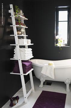 Grâce à l'étagère murale HJÄLMAREN, vous pourrez mettre en évidence vos plus belles affaires dans votre salle de bain.