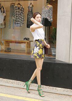 Today's Hot Pick :ビッグ花柄ミニスカート【DARK VICTORY】 http://fashionstylep.com/P0000XVU/khyelyun/out 高級感ある大きい花柄が目を惹くスカート☆ ボディラインにほど良くフィットするタイトめシルエットなので、女らしさは満点。 余計な装飾を抑えてシンプルに仕上げたスカートです。 レギンスなどでカジュアルダウンさせてもオシャレに決まります。 大人女性の可愛らしさを漂わせてくれる今季注目の一枚です◎ 身長によって着丈感が異なりますので下記の詳細サイズを参考にしてください。 ◆色:ブラック
