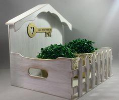 Casa Jardineira, pintada ao estilo rústico, que serve de porta trecos, porta cartas ou floreira. www.elo7.com.br/decorachados
