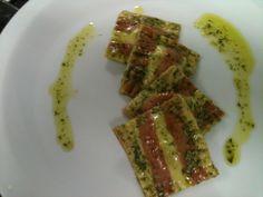 Raviolli tricolor recheado de parmesão ao molho pesto