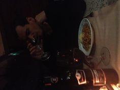 Dia 2. Pós- trabalho. Jantando em restaurante italiano com o marido, sexta, 21h.