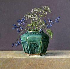 doordat de grondvorm vlak is en bijna geen kleur heeft springt de vaas met bloemen er uit