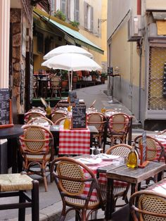 Le djeuner dans un petit coin de Vieux Nice, Ct dAzur ~ Lunch in a little restaurant in the Old Town of Nice. Provence, Nice France, South Of France, Places To Go, Places To Travel, Sidewalk Cafe, Cafe Bistro, Bistro Decor, Café Bar