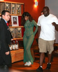 Rihanna usa look transparente para jantar em churrascaria no Brasil http://angorussia.com/entretenimento/fama/rihanna-usa-look-transparente-para-jantar-em-churrascaria-no-brasil/