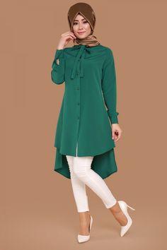 ** ZARİF VE ŞIK ** Seyyar Fularlı Düğmeli Tunik Zümrüt Ürün kodu: UKB5012-S--> 39.90 TL Modest Fashion Hijab, Abaya Fashion, Muslim Fashion, Fashion Dresses, Unique Outfits, Modest Outfits, Modest Wear, Skirt Outfits, Classy Outfits