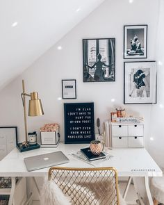 Home-Office mit femininer Note! Und so. - Home Office with a feminine touch! Who rules the world? And so a GirlBoss atmosphere also comes in Home Office Design, Home Office Decor, Home Decor, Office Decorations, Office Table, Office Furniture, Corner Office, Office Ideas, Cozy Home Office