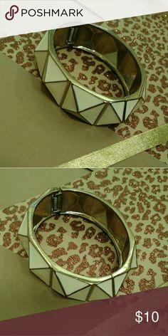 $5.00 SALE ITEM Gold/Cream Clasp Stud Bracelet GUC. A little tarnish shown in picture 2. Accessories