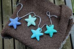 Hæklet stjerner til barnevognskæde Crochet For Kids, Diy Crochet, Baby Barn, Stars Craft, Crochet Stars, Amigurumi Toys, Diy Toys, New Moms, Diy For Kids