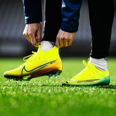 See the new Nike Dream Speed 2 football boots. Discover the brand new Nike Mercurial boots in a very cool colourway. Nike Soccer Shoes, Nike Cleats, Soccer Boots, Soccer Cleats, Latest Football Boots, Cool Football Boots, Football Uniforms, Football Soccer, Neymar Jr