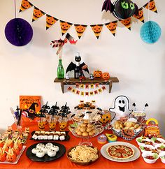 ハロウィンパーティー フードコーナー演出 オレンジ系 キッズパーティー演出 Halloween Snacks, Scary Halloween Food, Halloween Mason Jars, Easy Halloween Decorations, Halloween Cakes, Halloween Birthday, Halloween Activities, Halloween Christmas, Halloween Pumpkins