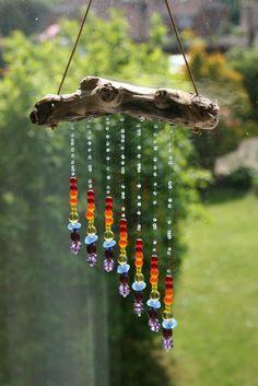 Eine schöne Balkon-Deko aus Treibholz und Glasperlen. Fängt die Sonnenstrahlen ein.