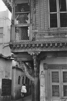 "<p>""In the old town."" Ahmedabad, Gujarat, India • 1966. (Photo: Henri Cartier-Bresson/Magnum Photos) </p>"