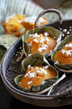 Steamed Pumpkin Cake in the Style of Thai Khanom Tan (ขนมตาล) Thai Recipes, Asian Recipes, Cooking Recipes, Thai Cooking, Steam Pumpkin, Pumpkin Cake Recipes, Pumpkin Cakes, Pumpkin Puree, Steamed Cake