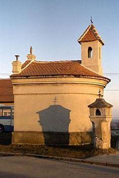 Vrbice - Kaple sv. AnnyPřestože je v horní části obce, na vrcholu Stráž,  kostel zasvěcený sv. Jiljí, najdeme v dolní části Vrbice větší kapličku, zasvěcenou sv. Anně (r. 1870, rekonstrukce r. 2004), která ve svém interiéru slouží k modlitbám. Kaple svým tvarem připomíná spíše maličký kostelíček. Hned vedle kaple stojí malá kaplička Boží muky pocházející z konce 18. století.