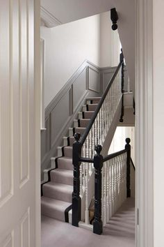 Situated within a prominent conservation area in Chiswick, this Victorian house has undergone a complete Hughes Development's refurbishment. Victorian House Interiors, Victorian Terrace House, Victorian Townhouse, Georgian Interiors, Georgian Homes, Victorian Homes, Victorian Home Decor, Victorian Gardens, Loft Interior Design