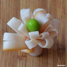 Roppongi verrast je weer met iets leuks voor in de lunchtrommel. Een bloemetje van vleeswaren. Met de stap-voor-stap uitleg en foto's een makkie!