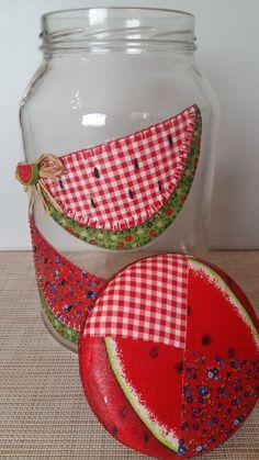 Pote de vidro utilitário e decorativo com aplicação de tecido caseado (bordado) no vidro e tampa de tecido.  O modelo do vidro é de palmito com a tampa de boca larga que mede 10 cm (a tampa é de metal). Mason Jar Crafts, Bottle Crafts, Mason Jars, Painting Glass Jars, Bottle Painting, Home Crafts, Easy Crafts, Crafts For Kids, Bottle Vase