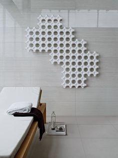 Tubes-Slides: Radiadores con una geometría creativa para baños minimalistas. #diseño #arquitectura #interiorismo http://www.neoceramica.es/
