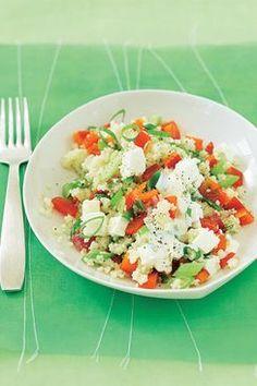 Couscous-Salat mit Feta  Dauer: 8 Minuten Sie brauchen: Wasserkocher, Messer Zutaten: 50 g Instant-Couscous • 100 ml Gemüsebrühe • 1 rote Paprika • 1 Frühlingszwiebel • 50 g Feta • 1 EL Olivenöl • 1 EL Zitronensaft • Pfeffer   Nährwerte: 445 kcal; 23 g Eiweiß, 21 g Fett, 43 g Kohlenhydrate