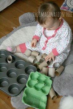 Dit is leuk voor in de spelkoffer. Het zijn bakvormpjes/eierdoosjes en toiletrollen de kindjes kunnen de rolletjes in de vormpjes leggen.
