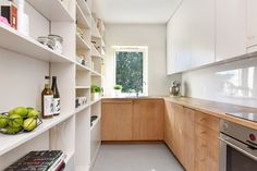 Kjøkkeninnredning fra 2006 med stammer fra Ikea. Fronter og benkeplate er spesialtilpasset med underskap i eikefiner og hvitlakkerte overskap opp til tak. Kjøkkenet er spesialtilpasset for maksimal plassutnyttelse. Benkeplate av stavlimt eik med nedfelt oppvaskkum. Integrert kjøleskap, oppvaskmaskin, induksjonstopp og ovn samt avtrekksvifte/kullfilter.Kjøkkenets ene langvegg er en spesialtilpasset hyllevegg med god plass til tørrvarer og utstyr.