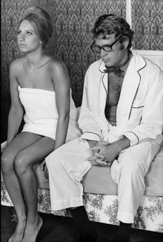 """What's Up Doc"""" Barbra Streisand, Ryan O'Neal 1972 Warner Bros. Viejo Hollywood, Old Hollywood, Classic Hollywood, Ryan O'neal, Barbra Streisand, Glamour, Hello Gorgeous, Classic Movies, Movies"""