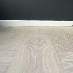 Golvslipning och infärgning i en grå ton av gammalt golv.