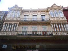 Edificio neoclásico con elementos modernistas. calle Mayor.