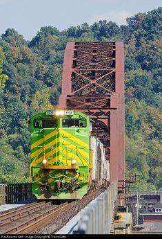 Net Photo: NS 1072 Norfolk Southern EMD at Point Pleasant, West Virginia by Travis Giles By Train, Train Tracks, Train Rides, Railroad Bridge, Railroad Pictures, Bonde, Norfolk Southern, Railroad Photography, Old Trains