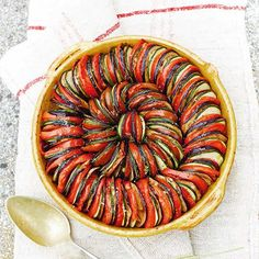 Is het geen plaatje, deze groenteschotel? Afkomstig uit het kookboek 'Mijn Franse Keuken' van Rachel Khoo.    Verwarm de oven voor op 180 °C. Bak in een pan de uien, knoflooken tijm ongeveer 10 minuten in 2 eetlepels olie zacht en...