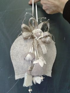 campana feltro - by Luisa Valent Felt Christmas Ornaments, Pink Christmas, Handmade Christmas, Xmas Crafts, Felt Crafts, Shabby Chic Flowers, Diy Projects For Kids, Felt Decorations, Crafts To Make And Sell