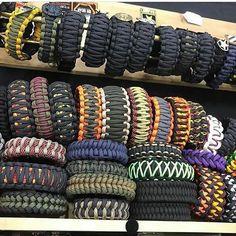 Paracord Bracelet Designs, Bracelet Knots, Paracord Projects, Paracord Bracelets, Bracelets For Men, Paracord Braids, Fabric Tape, Friendship Bracelet Patterns, Bag Accessories