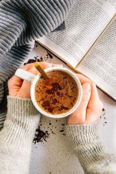 Eine Tasse heißer Kakao zum Frühstück oder gemütlich am Abend mit einem guten Buch macht glücklich. Dieses sehr einfache und schnelle Rezept kombiniert hochwertiges Kakaopulver mit nervenstärkenden Gewürzen und extra dunkler Schokolade. So wird dein gesunder Kakao zum besonderen Genuss! Food Inspiration, Healthy Recipes, Tableware, Low Calorie Snacks, Low Calorie Recipes, Cacao Powder, Chocolates, Quick Healthy Breakfast, Dinnerware