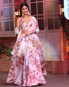 - Source by - Pakistani Fashion Party Wear, Indian Fashion Dresses, Indian Gowns Dresses, Pakistani Outfits, Bollywood Fashion, Bollywood Style, Bollywood Actress, Fashion Clothes, Fashion Outfits