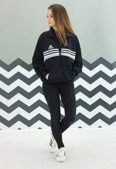 Camouflage coat Camille Callen Mango jacket androgynous style joggers pair of classic Adidas Superstars Jacket: Mango* Joggers: Forever Top: Zara* Sneakers: Adidas. Yoga Fashion, Teen Fashion, Runway Fashion, Fashion Spring, Modest Fashion, London Fashion, Fashion Models, Outfits For Teens, Winter Outfits