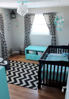Chambre d'enfant . Osez le noir et le bleu turquoise pour relever le gris.