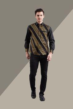 Tren Batik paling cool and timeless dari Enzy. Men Batik Shirt Gold Lereng hadir dalam ethnic pattern Batik Parang dan kombinasi solid color untuk sentuhan modern membuat penampilanmu semakin elegan. Best Suits For Big Men, Big Man Suits, Cool Suits, African Clothing For Men, African Men Fashion, African Tops, African Style, Dress Batik Kombinasi, Batik Shirt
