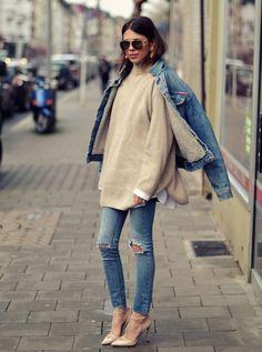 Jaqueta jeans, blusa se frio bege, calça jeans destroyed, scarpin nude