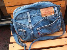 デニム生地のジーンズをリメイクしたショルダーバックです。ちょっとおでかけにも便利でオシャレ!お子様から大人の方までお使いいただけます!※ショルダーの紐、デニム生地のお色、裏地、携帯用ポケット、後ろ一体…