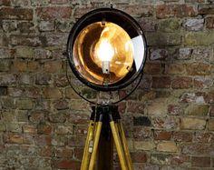 Lampadaire industriel Vintage - navire projecteur - projecteur industriel - lampadaire vintage - lampadaire en bois - signal vintage spot Signal, Spots, Tripod Lamp, I Shop, Porcelain, Table Lamp, Bulb, Cleaning, Lights