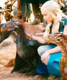Daenerys Targaryen, mother of Dragons (Emilia Clarke) in Game of Thrones with Drogon and Viserion Arte Game Of Thrones, Game Of Thrones Dragons, Game Of Thrones Fans, Daenerys Targaryen, Khaleesi, Valar Morghulis, Winter Is Here, Winter Is Coming, Viserion Game Of Thrones