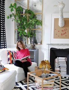 Love the white frame over fire + color of plant on coffee table + green plant over sectioned mirror  //Elvira Rigal (Jefa de Producción de la revista Elle)
