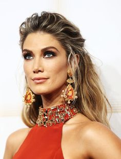 Delta Goodrem Photos Photos - Delta Goodrem poses for photos with fans in the crowd as she arrives at the Annual Logie Awards at Crown Palladium on April 2017 in Melbourne, Australia. Seal And Heidi Klum, New Hair, Your Hair, Victoria's Secret, Australia 2017, Melbourne Australia, Poses For Photos, Celebs, Celebrities