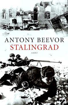 Stalingrad: de wreedste veldslag van de Tweede Wereldoorlog, de titanenstrijd tussen Stalin en Hitler, die zes donkere maanden duurde en een keerpunt in de geschiedenis zou betekenen. Van een weelderige stad aan de oevers van de Wolga veranderde Stalingrad in een inferno, waarin honderdduizend mensen zouden verschroeien in het vuur van bombardementen of bevriezen in de meedogenloze Russische winter.
