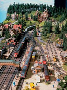Vom Hermannsdenkmal aus hat man einen guten Blick über die Bahnhofsanlagen von Hermannsdorf.